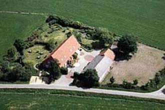 Landelijk gelegen, temidden van weilanden, deze sfeervolle bovenverdieping van een boerderij (100m2). ...