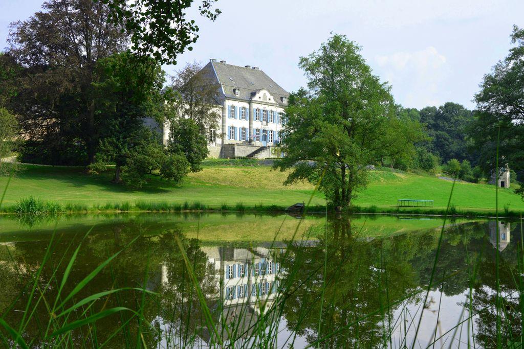 Kasteel huren in Luik -   met wifi  voor 36 personen  Geheel gerenoveerd kasteel. Alle r..