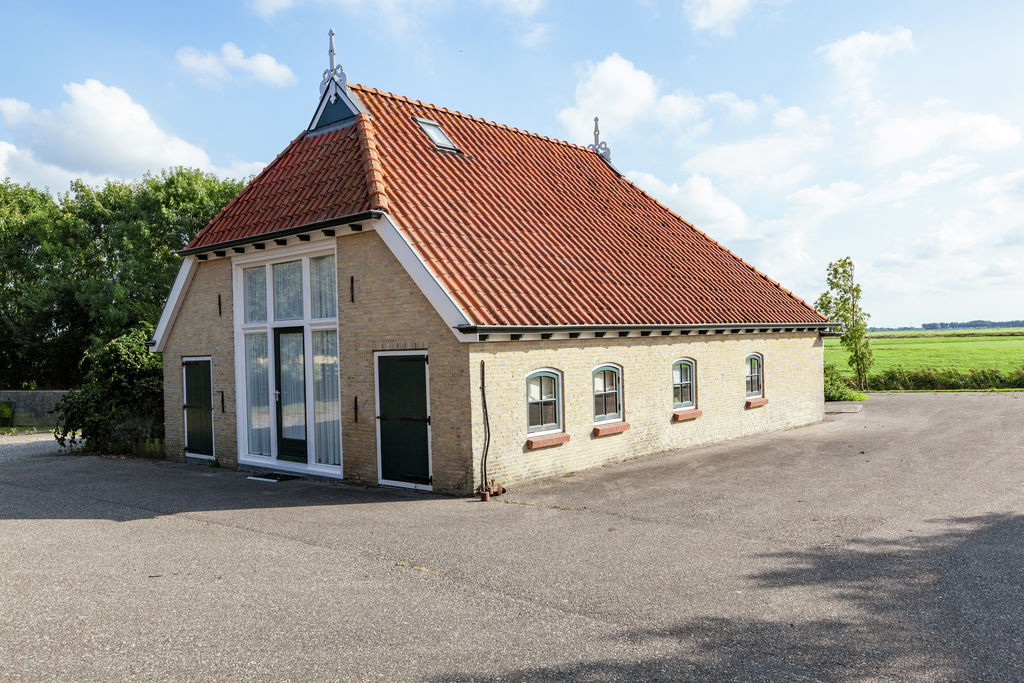 Landelijk koetshuis in het Friese Pingjum met een terras - Boerderijvakanties.nl