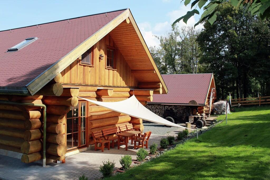 Modern ingericht houten huis met houtkachel in het wandelparadijs Thüringen - Boerderijvakanties.nl