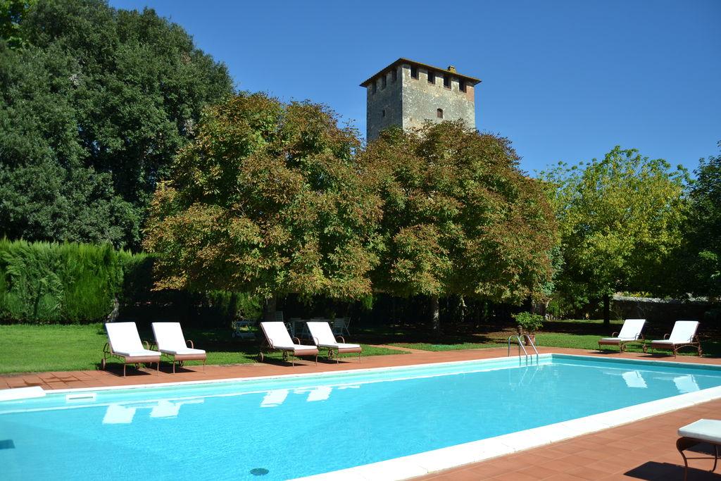 Sovicille- Kasteel met zwembad  met wifi te huur