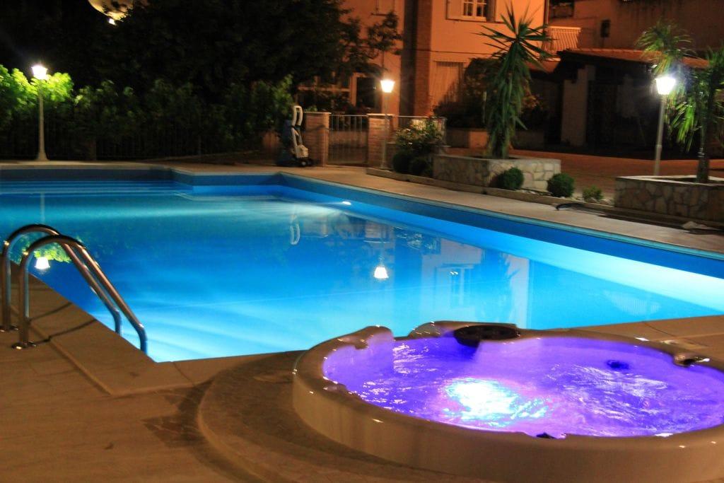 Villa met zoutwater en verwarmd zwembad en jacuzzi dichtbij zee, mooie omgeving - Boerderijvakanties.nl