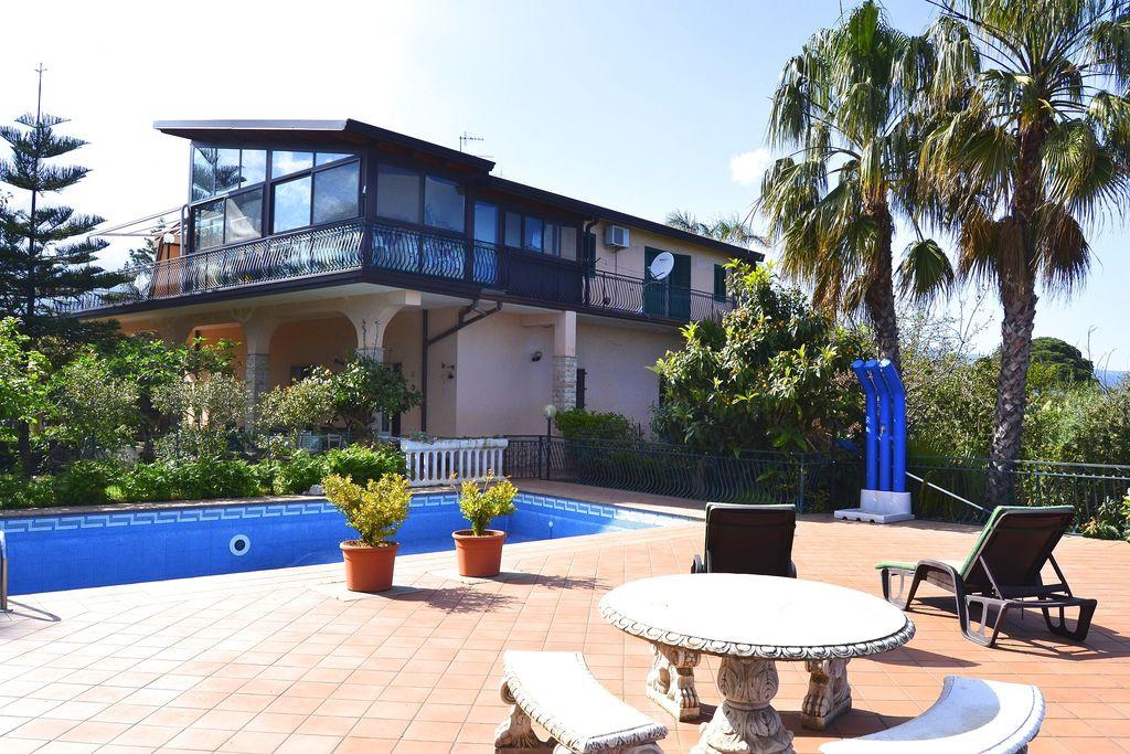 Santa-Venerina- Vakantiewoning met zwembad  met wifi te huur