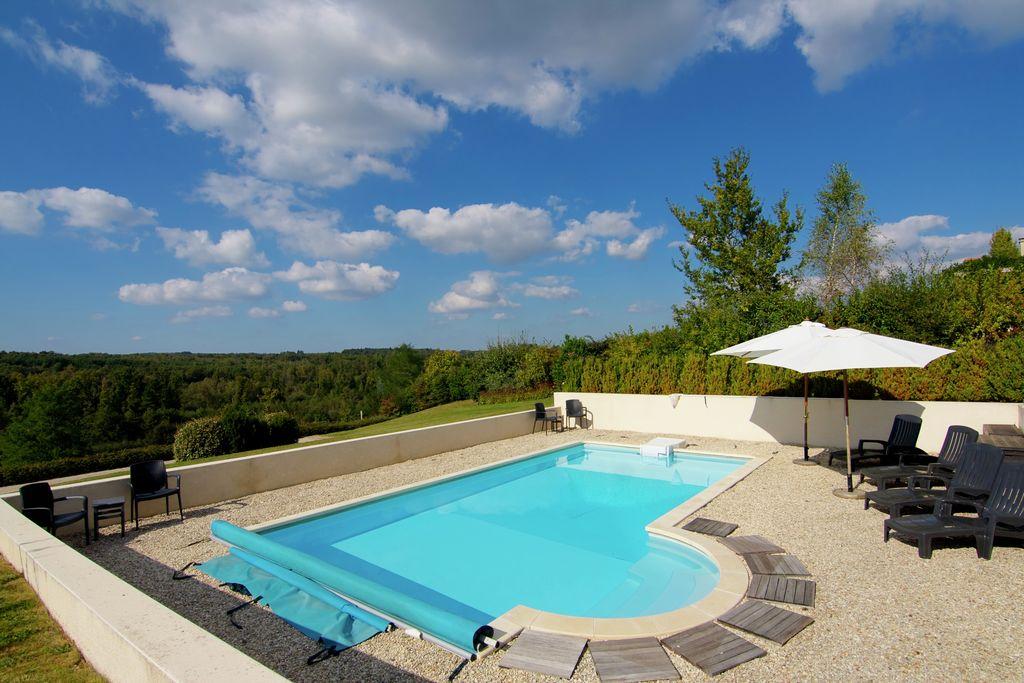 Luxe villa met verwarmd zwembad uitkijkend op een uitdagende 18-holes golfbaan - Boerderijvakanties.nl