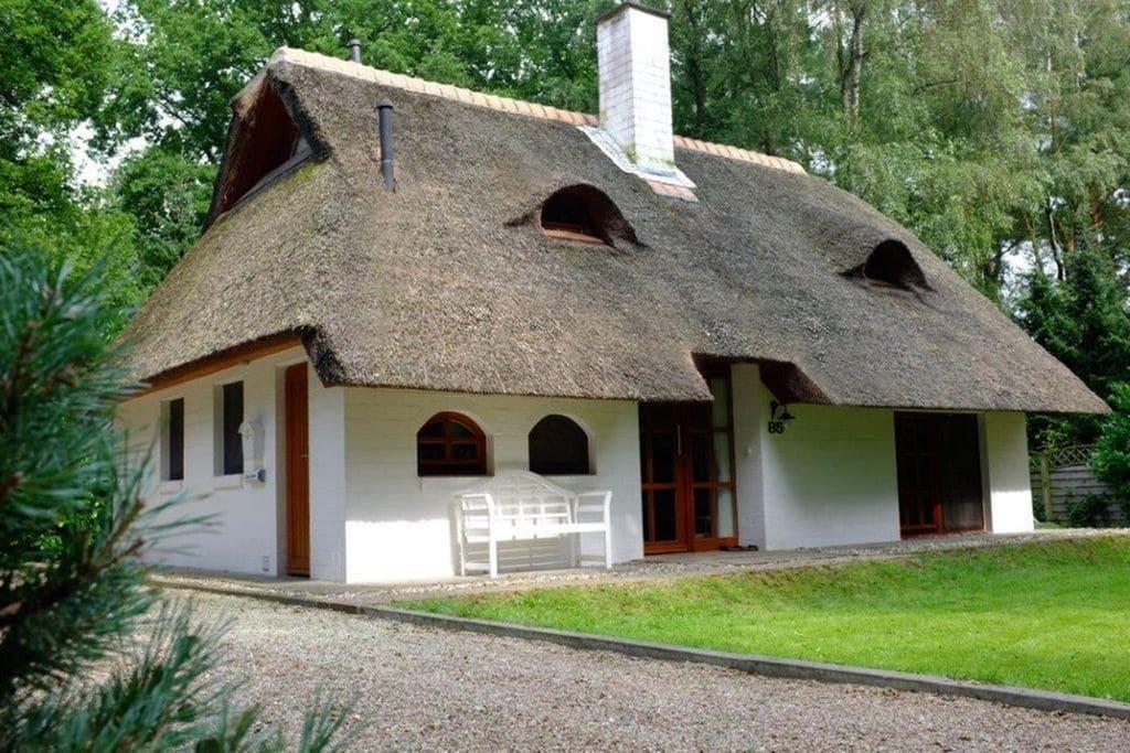 Exclusief huis met rieten dak en serre in de gemeente Uelsen - Boerderijvakanties.nl