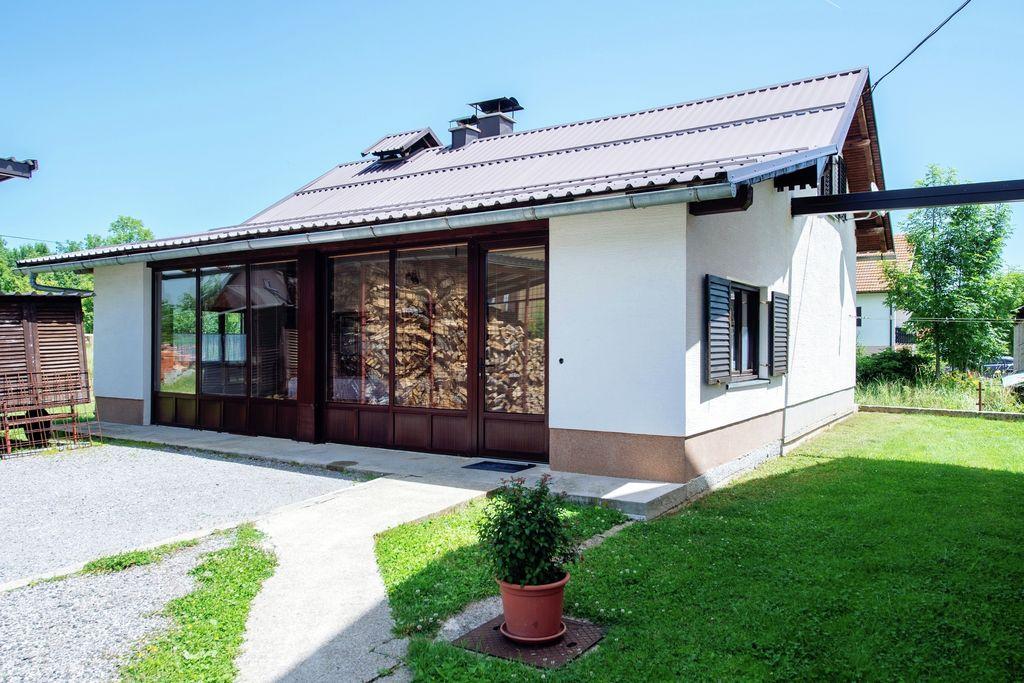Comfortabele cottage in Lovinac dicht bij meer - Boerderijvakanties.nl