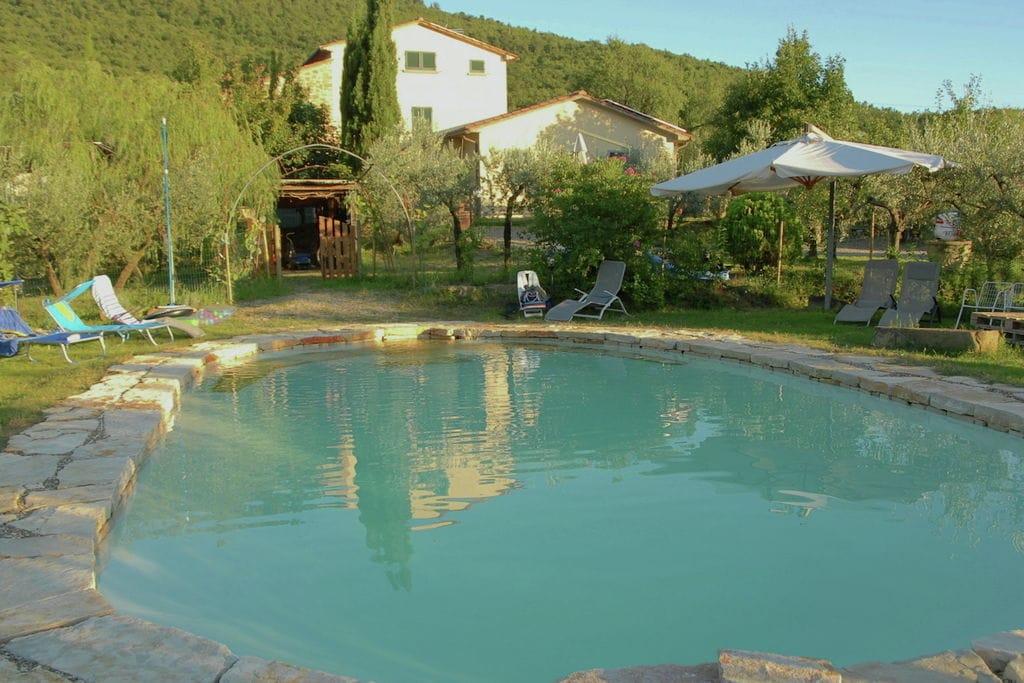 Uitzicht over Cortona, privé zwembad, omgeven door olijbomen, persoonlijke stijl - Boerderijvakanties.nl