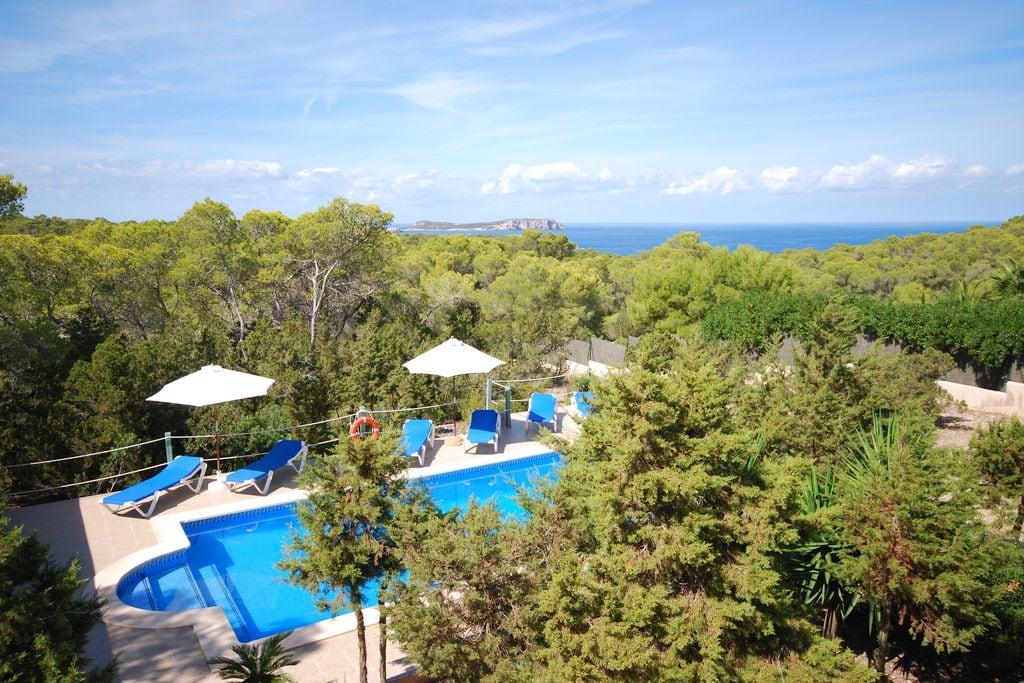 Villa met mooie buitenkeuken op Ibiza met uitzicht op bos en zee - Boerderijvakanties.nl