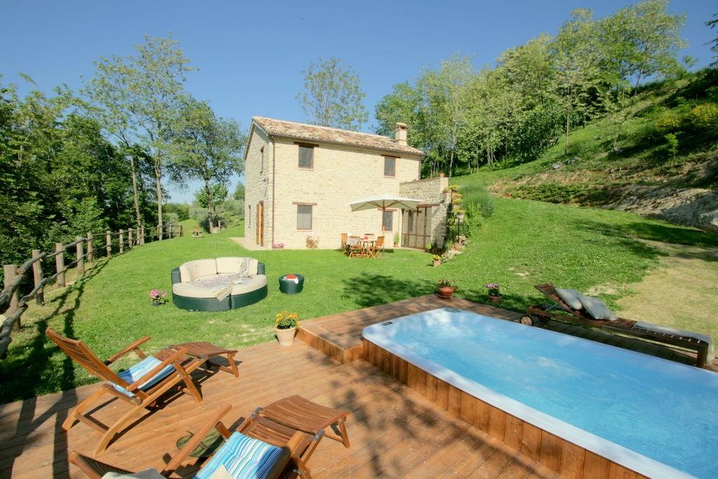 Vrijstaande villa in Monte San Martino met een zwembad - Boerderijvakanties.nl