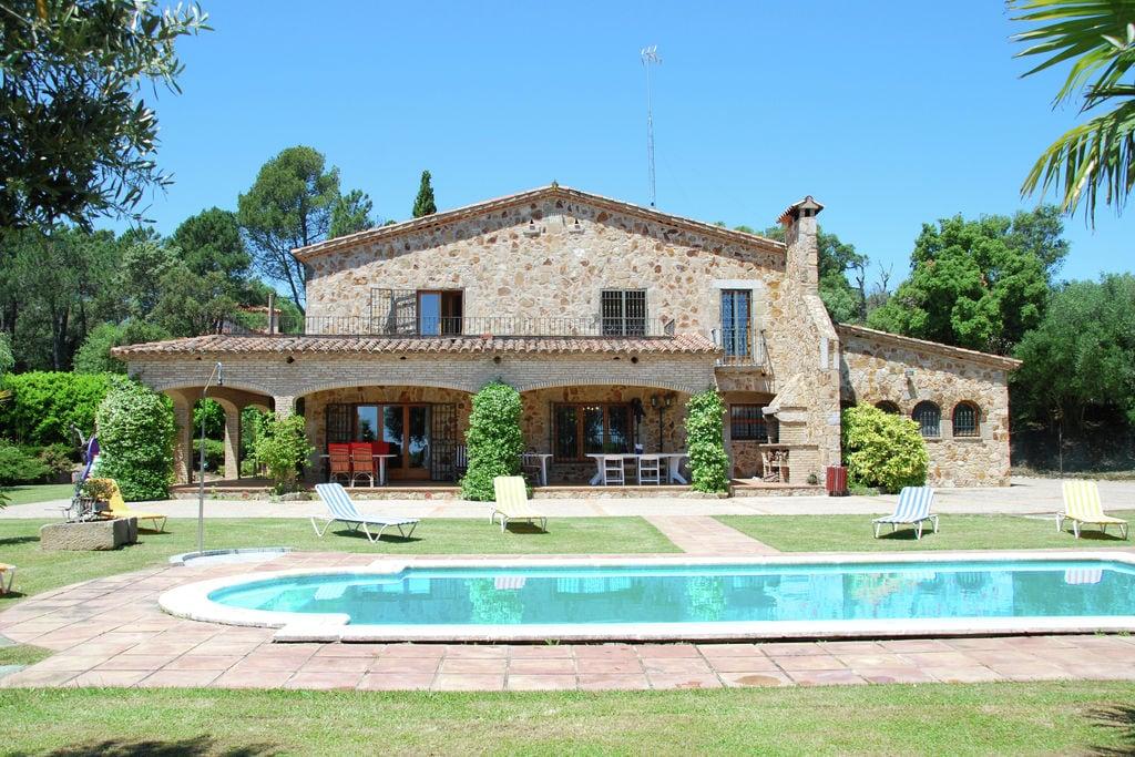 Ruime villa in Romanya de la Selva met zwembad - Boerderijvakanties.nl