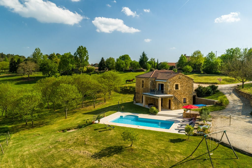 Rustig gelegen vakantiehuis in Mazeyrolles met een zwembad - Boerderijvakanties.nl