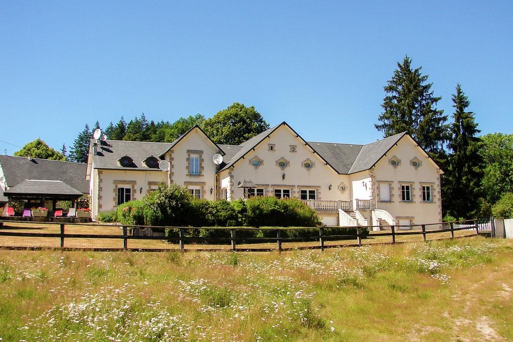 Prachtige vakantiewoning met grote tuin vlakbij Lac de Séchemailles. - Boerderijvakanties.nl