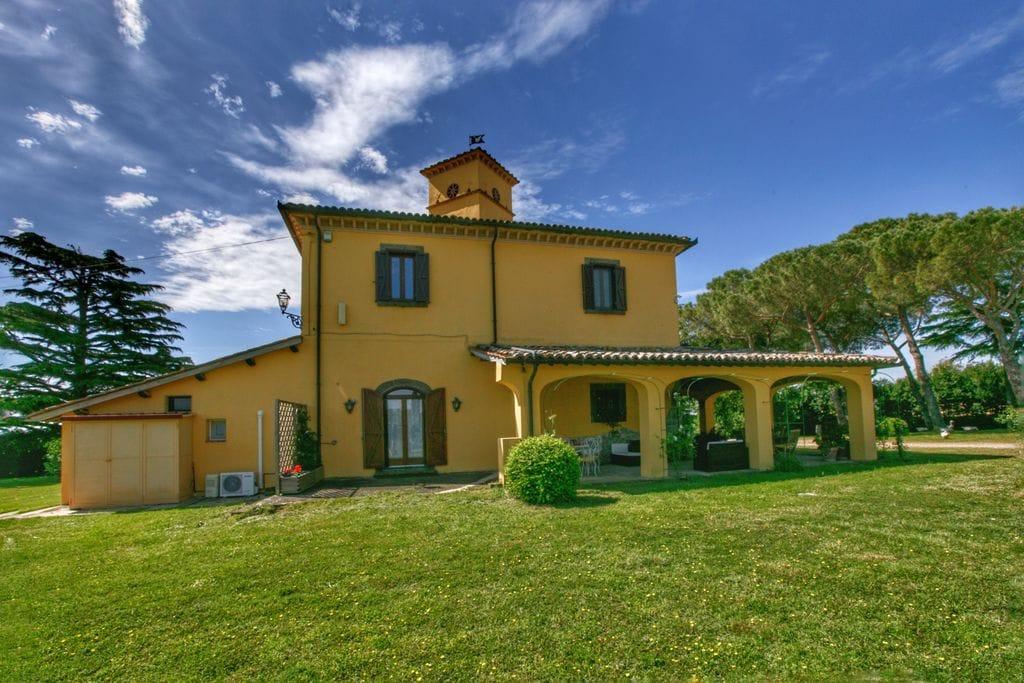 Villa huren in Lazio - met zwembad  met wifi met zwembad voor 9 personen  Op de top van een heuvel ligt een ..