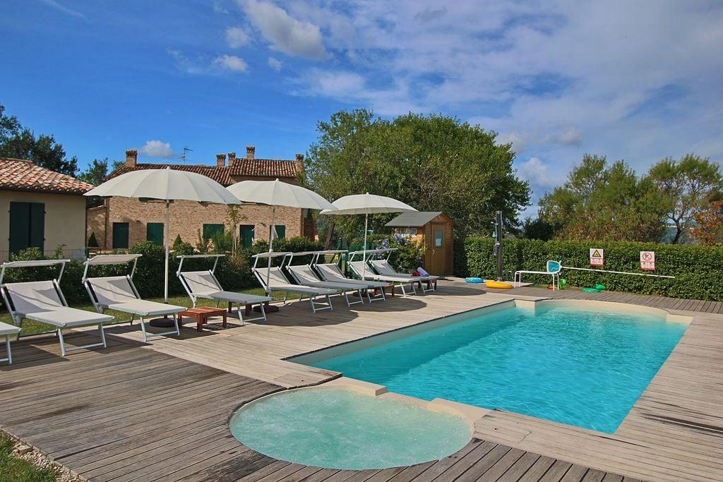 Sfeervol appartement met een privéterras en gedeeld zwembad - Boerderijvakanties.nl