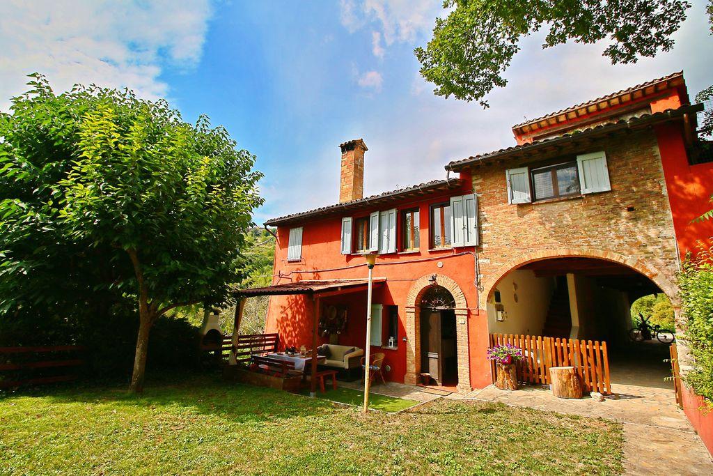 Fabriano- Villa met zwembad  met wifi te huur