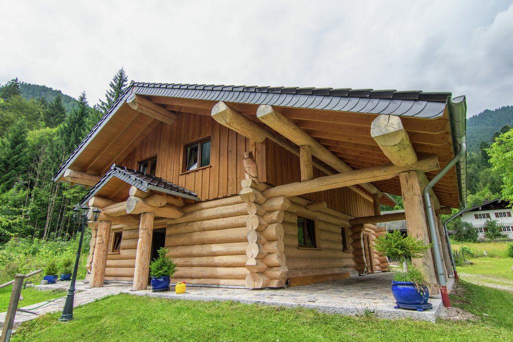 Unieke rondstamblokhut in de Alpen met terras, zwembad en sauna - Boerderijvakanties.nl