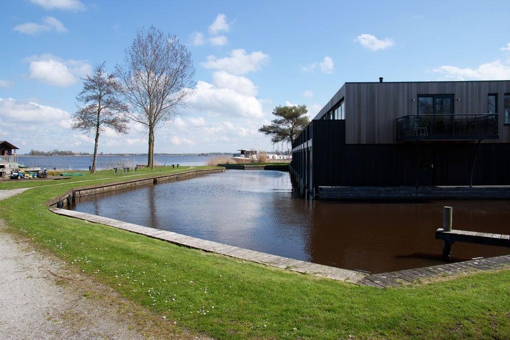 Knus appartement aan de Friese meren met een aanlegsteiger - Boerderijvakanties.nl