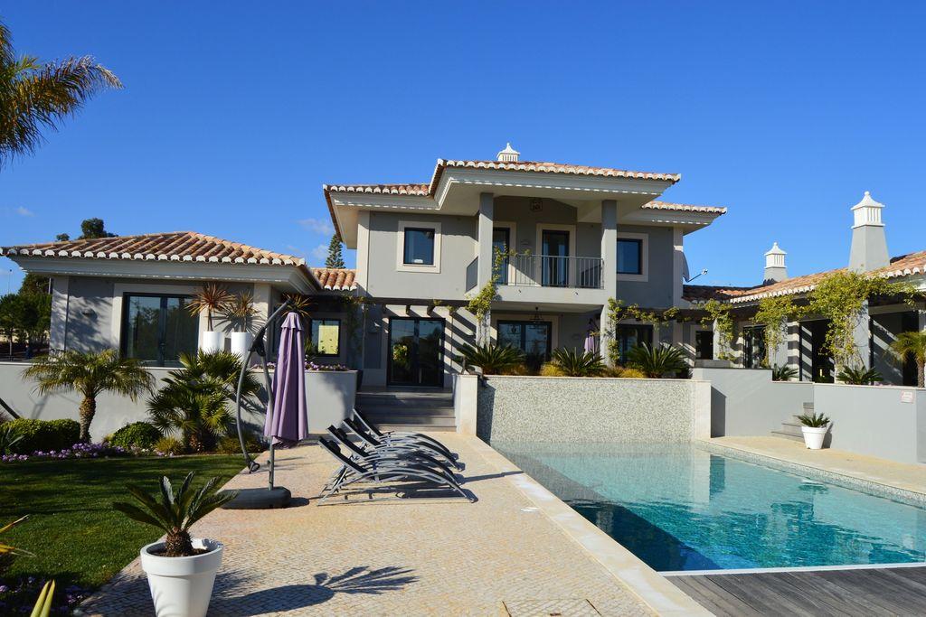 Moderne en zeer luxe 4 slaapkamer villa met zwembad nabij centrum Carvoeiro - Boerderijvakanties.nl