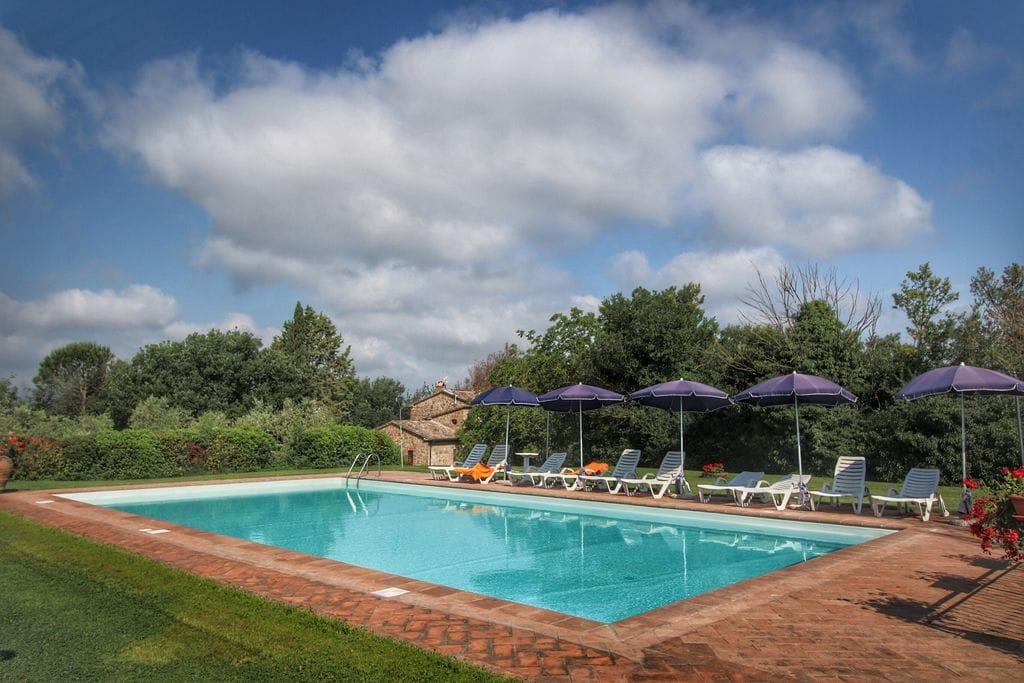 Agriturismo op een heuvel met zwembad, ruime tuin en mooi uitzicht - Boerderijvakanties.nl