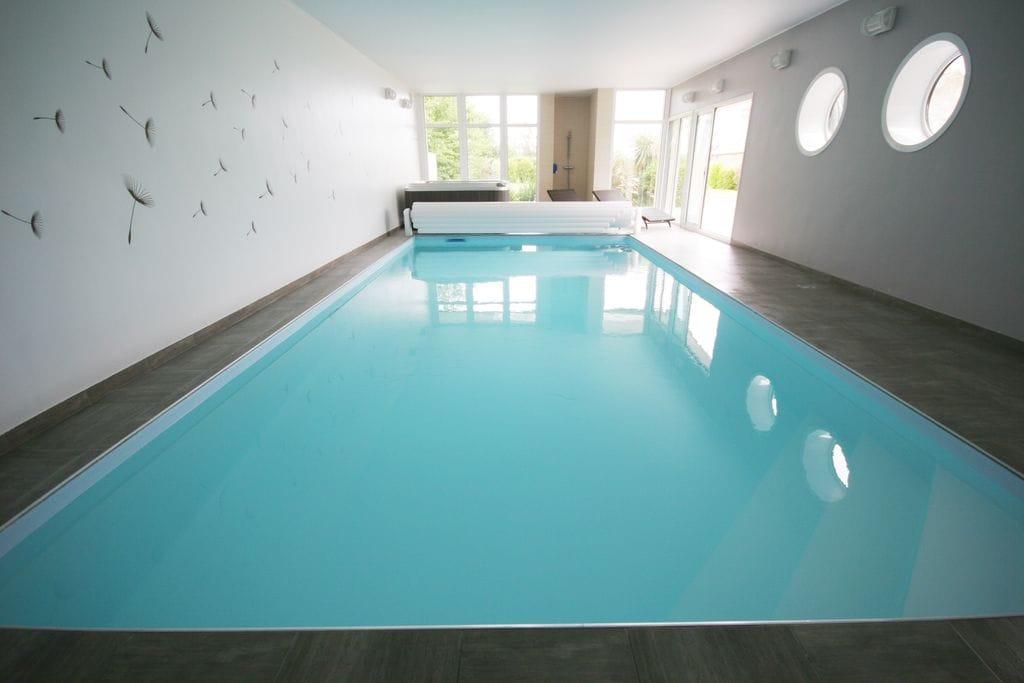 Mooie moderne villa met binnenzwembad, jacuzzi en een luxe kookeiland - Boerderijvakanties.nl
