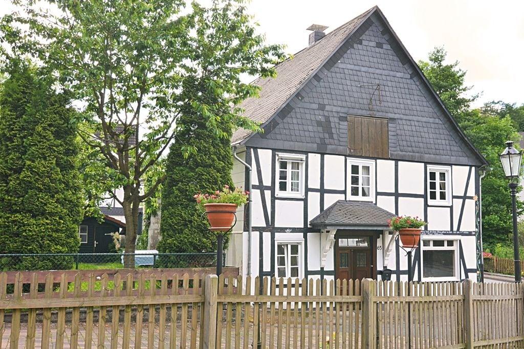 Vrijstaand vakantiehuis in Sauerland - omheinde tuin met tuinmeubilair en barbecue - Boerderijvakanties.nl