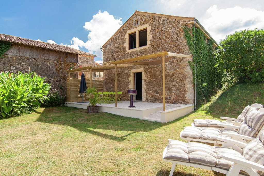 Kom tot rust op het Franse platteland in groot huis met een inpandige jacuzzi - Boerderijvakanties.nl