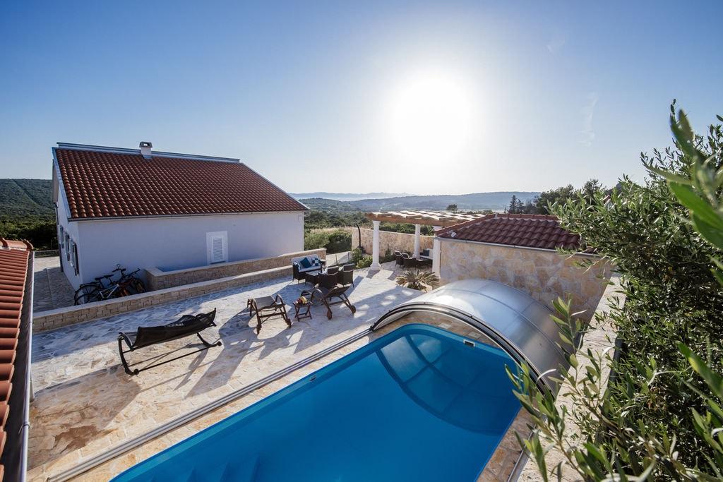 Charmante villa met verwarmbaar overdekt zwembad op slechts 4 km afstand van de zee - Boerderijvakanties.nl
