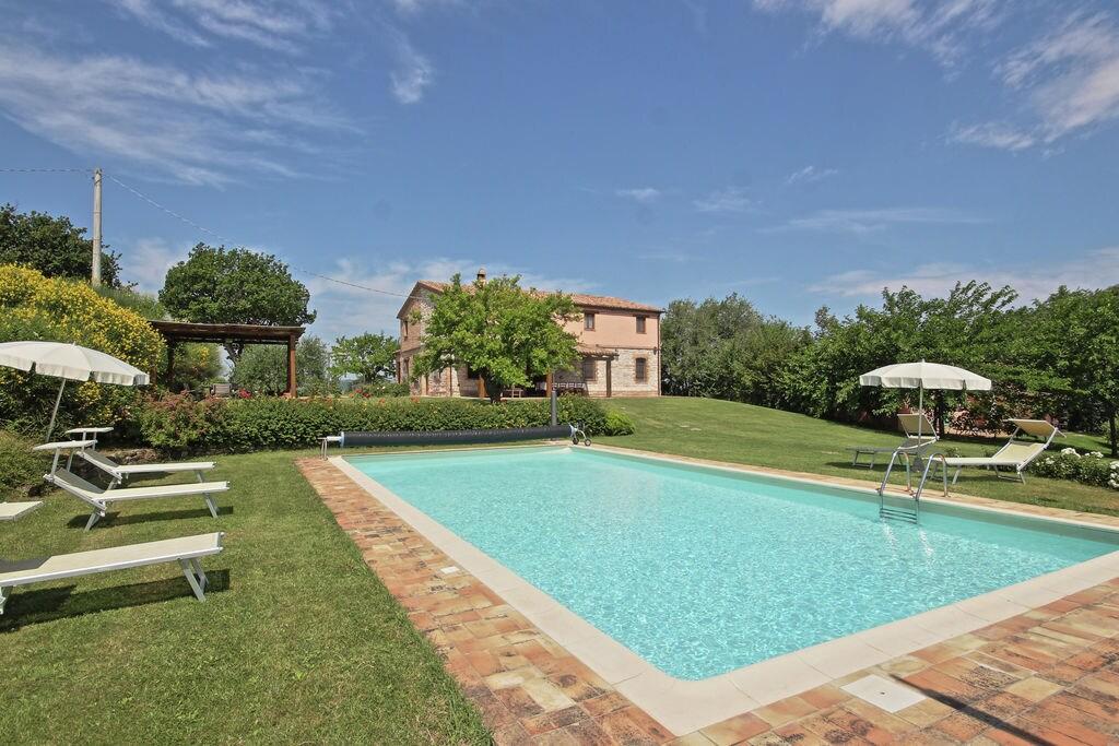 Arcevia- Vakantiewoning met zwembad  met wifi te huur