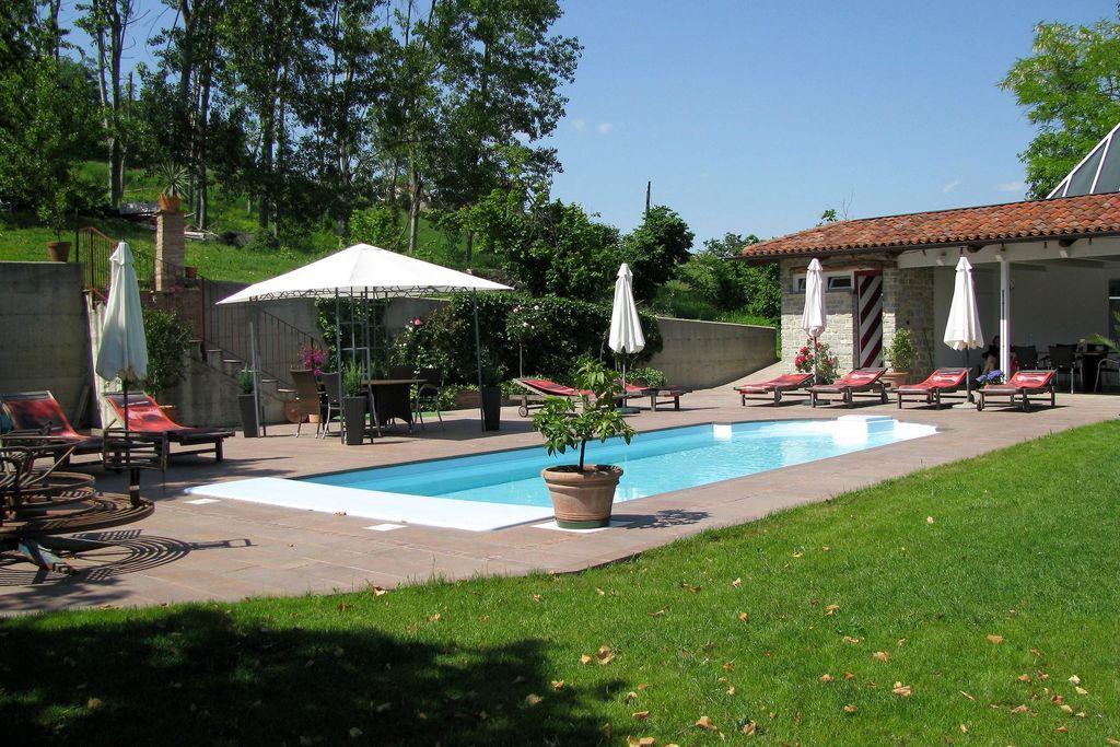 Appartement in klein complex met zwembad, omringd door groene heuvels - Boerderijvakanties.nl