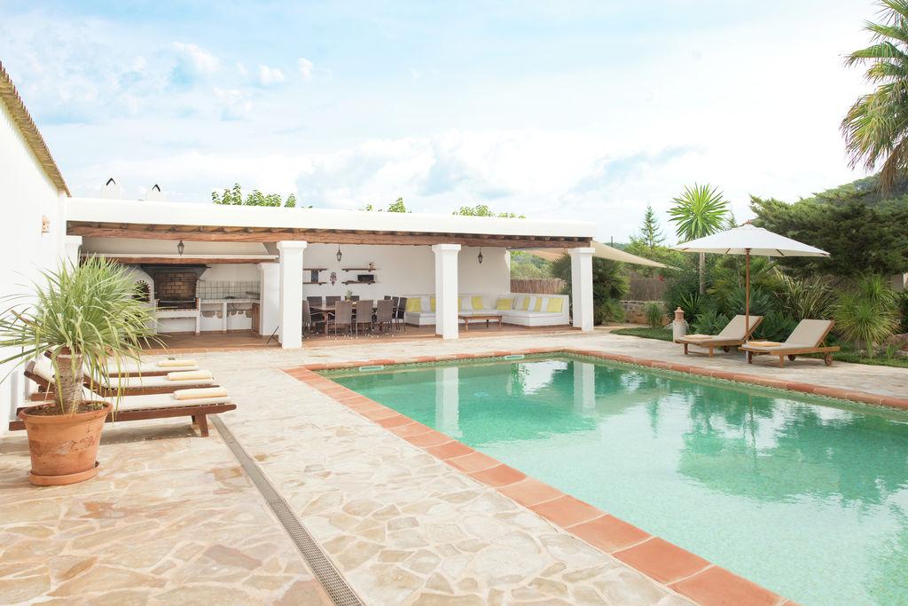Finca in Ibiza-stijl met prachtig zwembad en meerdere terrassen - Boerderijvakanties.nl
