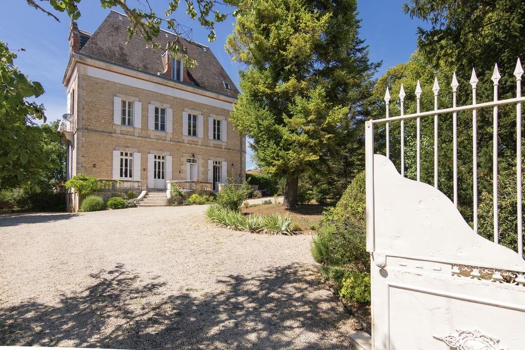 Klassiek landhuis met uitzicht over grote tuin en zwembad - Boerderijvakanties.nl
