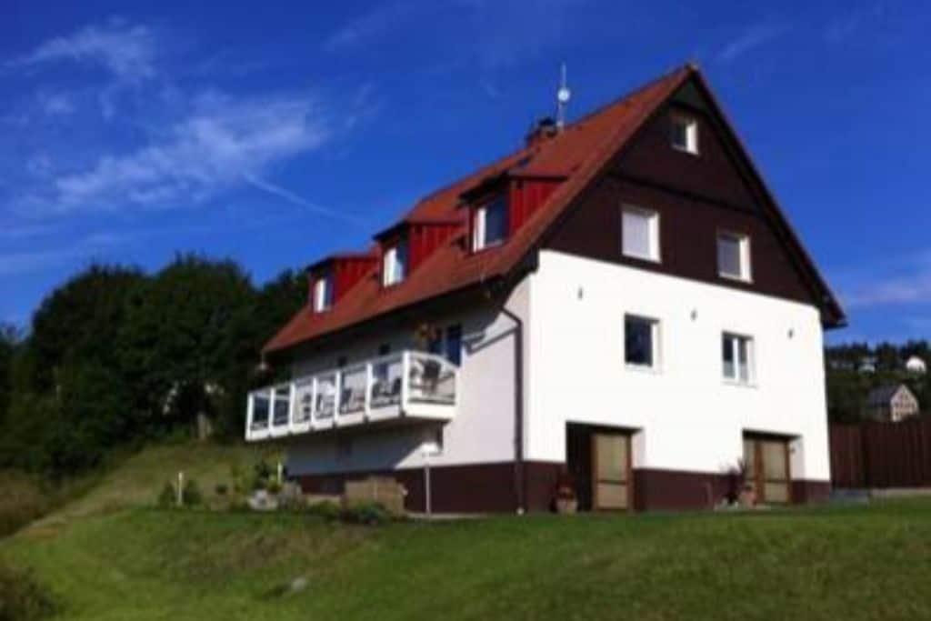 Rustige villa met weideland in de heuvels van Jachymov - Boerderijvakanties.nl