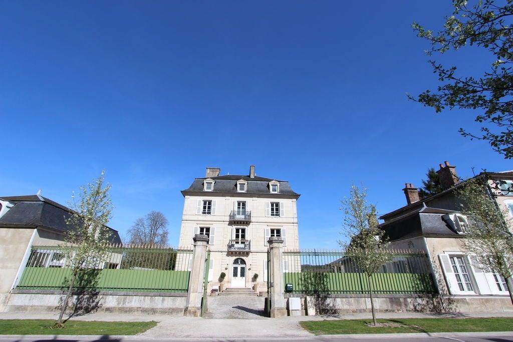 Schitterend kasteel in Bar-sur-Seine bij een rivier - Boerderijvakanties.nl