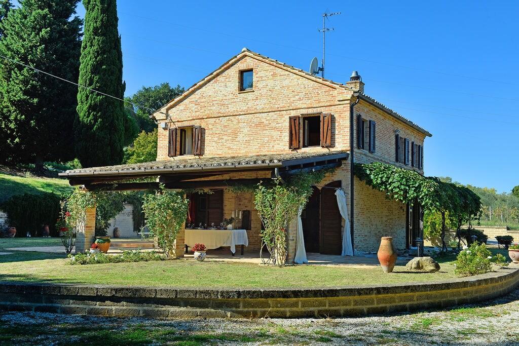 Elegante villa in Montecosaro, Italië met jacuzzi - Boerderijvakanties.nl