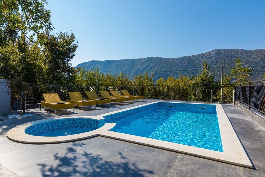 Modern vakantiehuis met privézwembad en uitzicht op de bergen! - Boerderijvakanties.nl