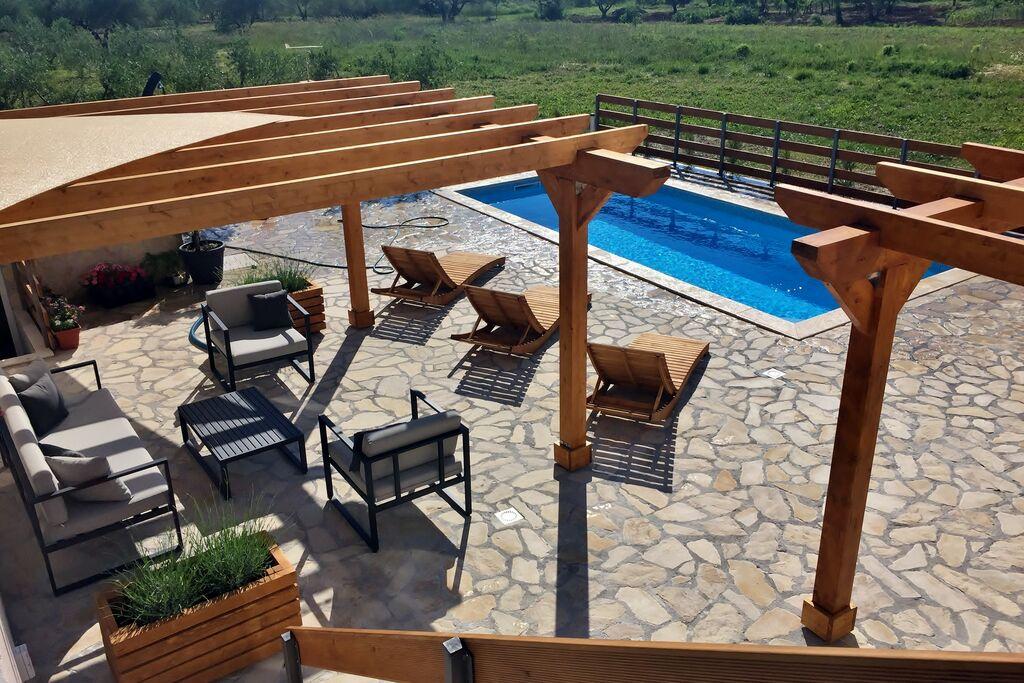 Recent gerenoveerde vakantiewoning in Dalmatië in boomgaard - Boerderijvakanties.nl