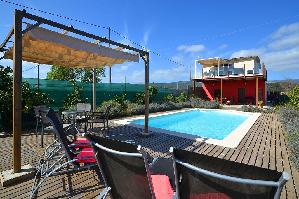 Modern landhuis met privé zwembad gelegen in een sinaasappelveld - Boerderijvakanties.nl