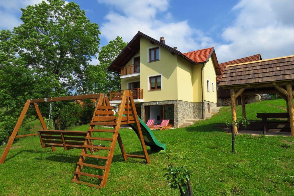 Kleurrijke vakantiewoning in Moravice, een bergdorpje - Boerderijvakanties.nl