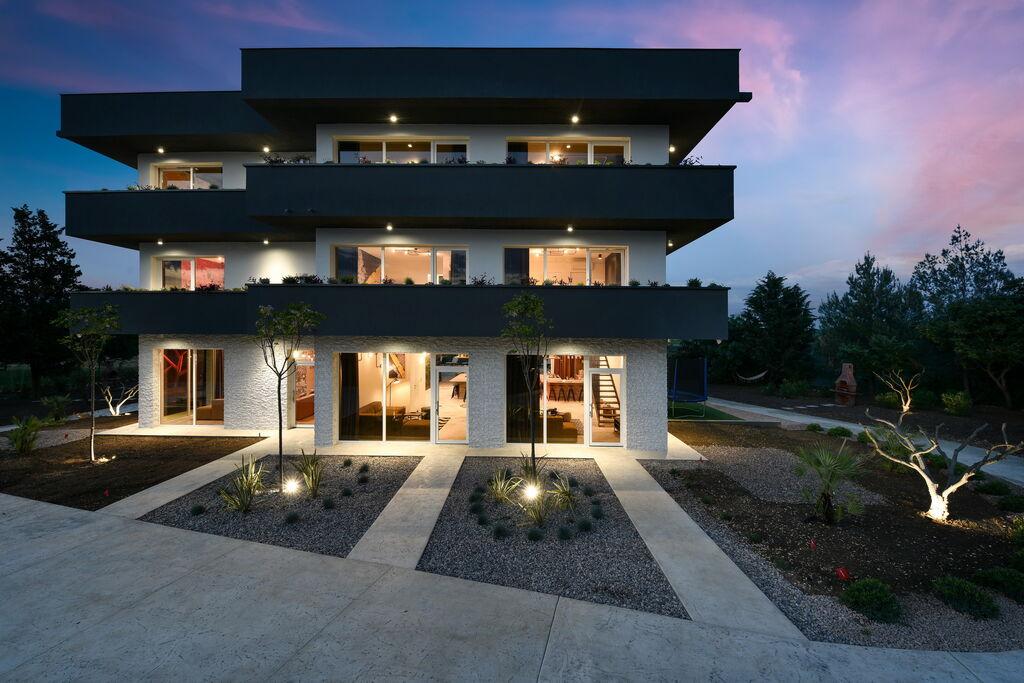 Luxe appartement van drie verdiepingen met eigen terras, prachtige tuin met zwembad - Boerderijvakanties.nl