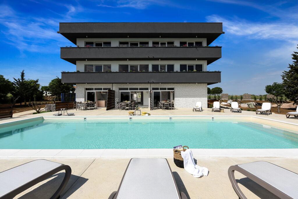 Luxe villa, drie verdiepingen, 13 slaapkamers met eigen badkamers, zwembad van 72m - Boerderijvakanties.nl
