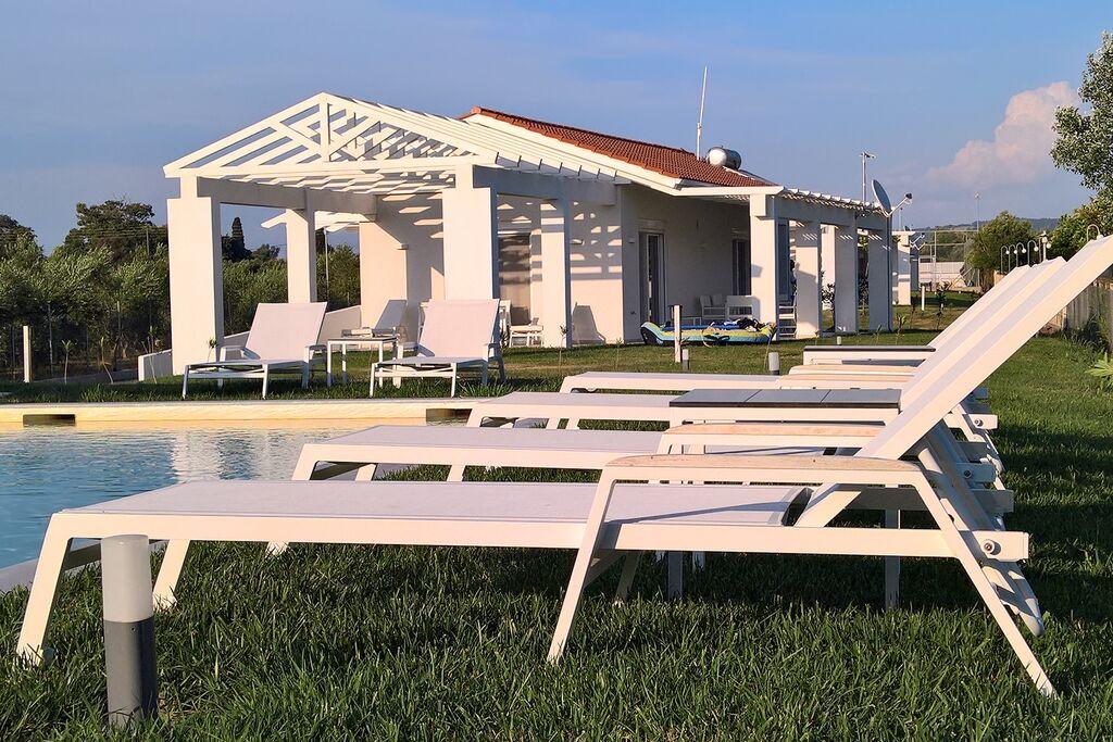 Moderne villa direct aan het lange zandstrand, zwembad, tennisbaan, fietsen etc. - Boerderijvakanties.nl