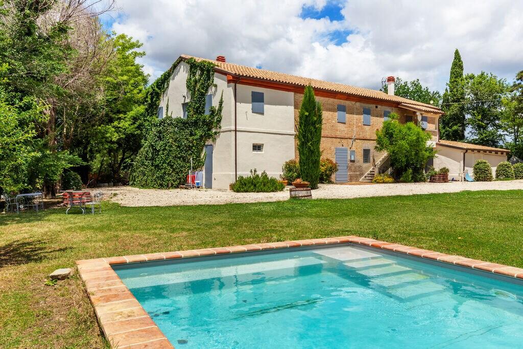 Mooi appartement in Morro d'Alba met een zwembad - Boerderijvakanties.nl