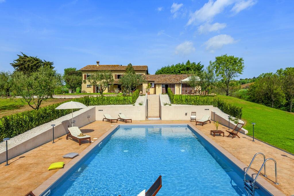 Knus appartement in San Costanzo met een zwembad - Boerderijvakanties.nl