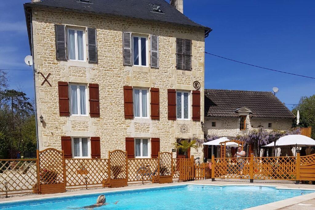 Mooie villa in Château-Garnier met een zwembad - Boerderijvakanties.nl