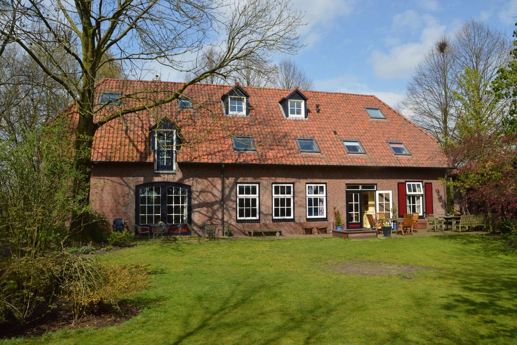 Kleurrijke boerderij in Noord-Brabant met een omheinde tuin - Boerderijvakanties.nl