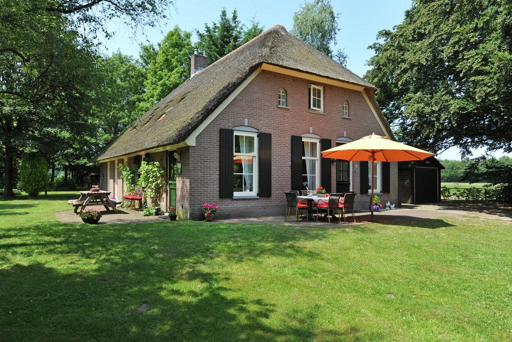 Authentieke Veluwse boerderij met rieten kap in landelijke omgeving - Boerderijvakanties.nl