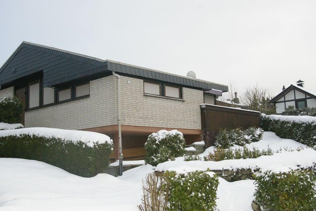 Bungalow met een terras op zonnige locatie boven de Hennesee - Boerderijvakanties.nl