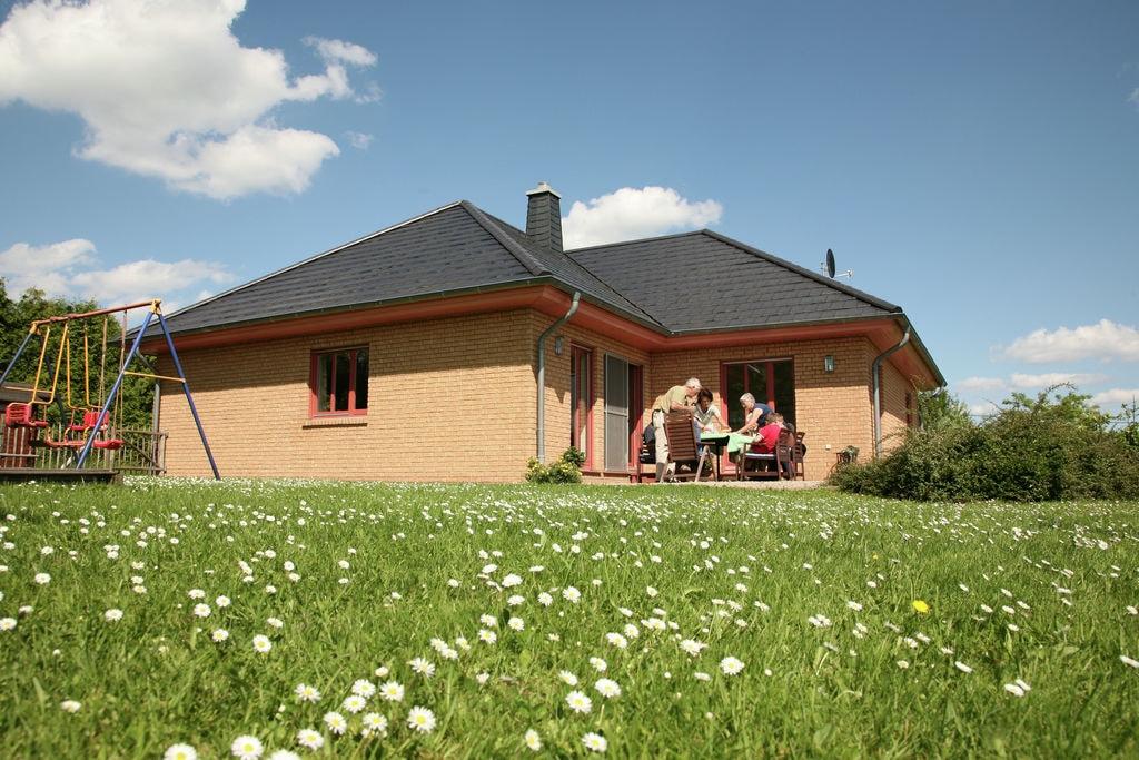 Comfortabel vakantiehuis met grote speelweide mooie doorkijkjes over het Prümdal - Boerderijvakanties.nl
