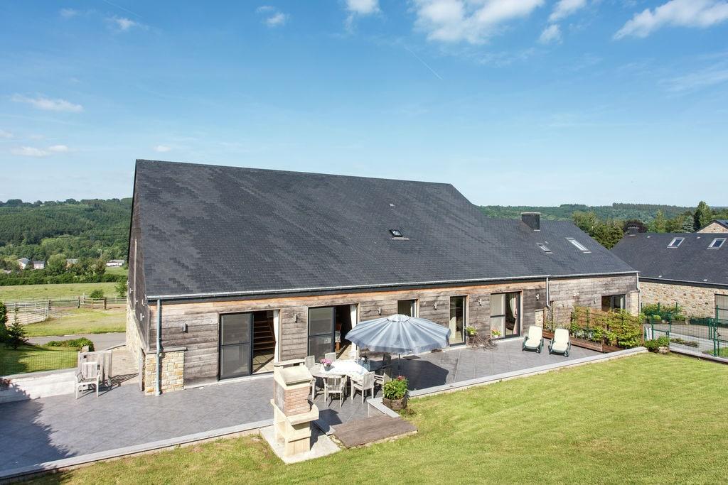 Met groot terras en een mooi klein tuintje dat uitkijkt over uitgestrekte weides - Boerderijvakanties.nl
