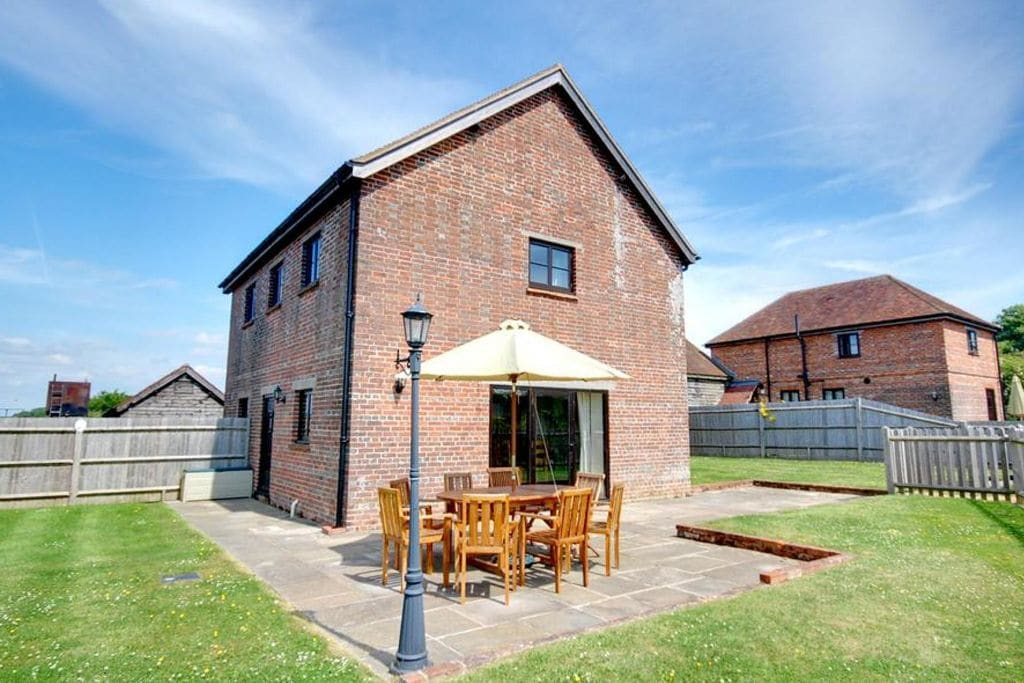 Voormalig boerderijgebouw in Kent met een terras - Boerderijvakanties.nl